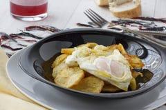 Stekte ägg med potatisar Fotografering för Bildbyråer
