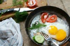 Stekte ägg med skivor av tomater Royaltyfria Bilder