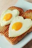 Stekte ägg på en rostat bröd Arkivfoton