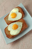 Stekte ägg som en hjärta Arkivfoto