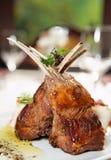 stekte örtar lamb rå kryddor för kuggen Arkivbild