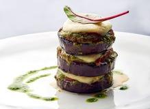 Stekte aubergine med sås och basilika Royaltyfria Bilder