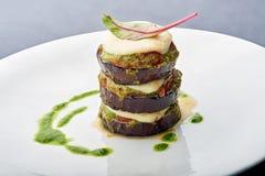 Stekte aubergine med sås och basilika arkivbilder