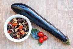 Stekte aubergine med tomater Arkivfoto