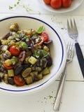 Stekte aubergine med tomater och olivgrön Arkivbilder