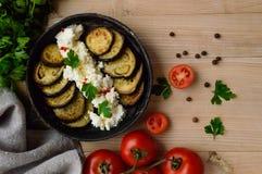 Stekte aubergineskivor med kesokräm, kryddor Fotografering för Bildbyråer
