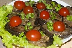 Stekte aubergineskivor med vitlök och körsbärsröda tomater Royaltyfri Foto