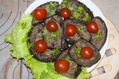 Stekte aubergineskivor med vitlök och körsbärsröda tomater Royaltyfri Fotografi
