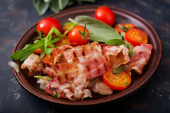 Stekte bacon och tomater Royaltyfria Bilder