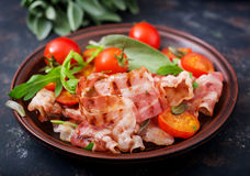 Stekte bacon och tomater Arkivfoto