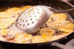 Stekte bananer för metallcookware lägger in matlagning på en stålsvart Royaltyfria Bilder