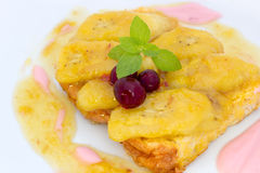 Stekte bananer med bröd, yoghurt, karamellsås och tranbäret Arkivfoton