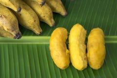 Stekte bananstruvor på bananbladet Arkivfoton
