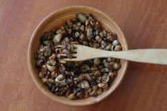 Stekte champinjoner i en lerabunke Royaltyfri Bild