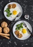 Stekte ägg, broccoli, fega köttbullar, hemlagat bröd för helt vete - smaklig enkel matställe Royaltyfria Bilder