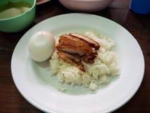 Stekte grisköttris med det kokta ägget arkivbilder