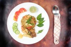Stekte jasminris i grön curry med blandat kött Fotografering för Bildbyråer