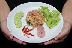 Stekte jasminris med den thailändska sura korven överträffade gurkan, grönkål Royaltyfria Foton