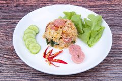 Stekte jasminris med den thailändska sura korven överträffade gurkan, grönkål Arkivfoto
