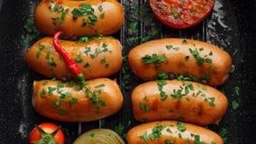 Stekte korvar med örter och grönsaker i gallerpanna Arkivfoton