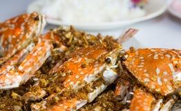 Stekte krabbor med vitlök och ris Arkivfoton