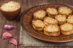 Stekte krutonger av den franska bagetten med vitlök och ost medf8ort övre sikt fotografering för bildbyråer