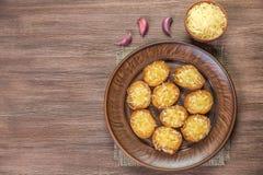 Stekte krutonger av den franska bagetten med vitlök och ost medf8ort övre sikt kopiera avstånd royaltyfria bilder