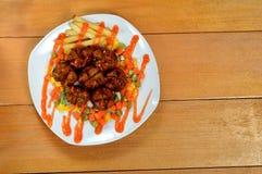 Stekte köttbullar med chilisås Arkivfoto