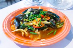 Stekte musslor med grillad chilisås fotografering för bildbyråer