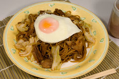 Stekte nudlar för japansk stil med ägget Arkivfoto