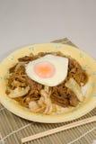 Stekte nudlar för japansk stil med det stekte ägget Royaltyfria Foton