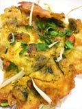 Stekte ostron bakade i skinkasmet Hoi Tod Vilken är den populära maten i Thailand royaltyfri foto