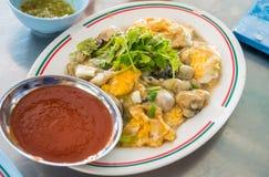 Stekte ostron med thai mat för eeg med kryddig sås på maträtt Fotografering för Bildbyråer