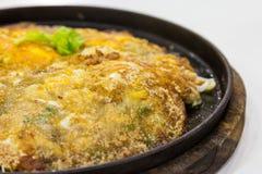 Stekte ostroner med ägget och mjöl på hoat pläterar Royaltyfri Bild