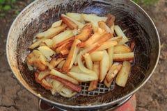 Stekte potatisar i en stekpanna i fältvillkor Royaltyfria Foton