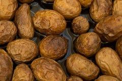 Stekte potatisar i skalar med mörk solrosolja royaltyfria bilder