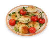 Stekte potatisar med isolerade körsbärsröda tomater Royaltyfria Bilder