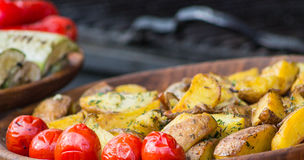 Stekte potatisar och gravade tomater Royaltyfri Fotografi