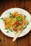 Stekte potatisar på den vita plattan med gaffeln Royaltyfri Fotografi