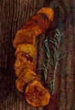 Stekte potatisar på ett trä bordlägger Royaltyfri Fotografi
