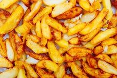 Stekte potatisar som klipps in i remsor flott textur arkivfoto