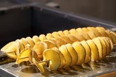 Stekte potatischiper på steknålar Närbild kopiera avstånd fotografering för bildbyråer
