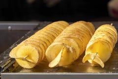 Stekte potatischiper p? stekn?lar N?rbild royaltyfri fotografi