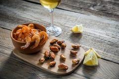 Stekte räkor och musslor med exponeringsglas av vitt vin Royaltyfria Foton