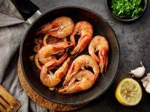 Stekte räkor på matlagningpannan Royaltyfria Bilder