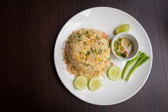 Stekte ris för krabbakött med grönsaker arkivfoton