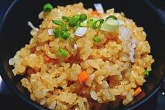 Stekte ris för vitlök med grönsaker överst i pilbåge royaltyfria bilder