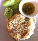Stekte ris med ägget, den sura grisköttkorven och grönkål Tjänat som med Tha Royaltyfri Bild