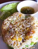 Stekte ris med ägget, den sura grisköttkorven och grönkål Tjänat som med Tha Arkivbilder