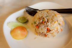 Stekte ris med ägget och griskött Arkivfoton